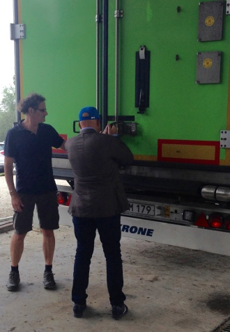 Vinmakaren Gert Stepp och Takis Soldatos ser till att transporten är klar för avfärd.